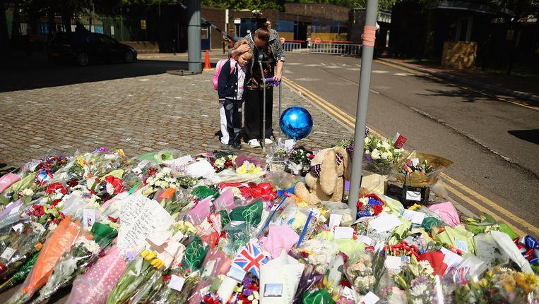 Mensen rouwen bij de plek waar een man gisteren op brute wijze werd doodgestoken. Beeld getty
