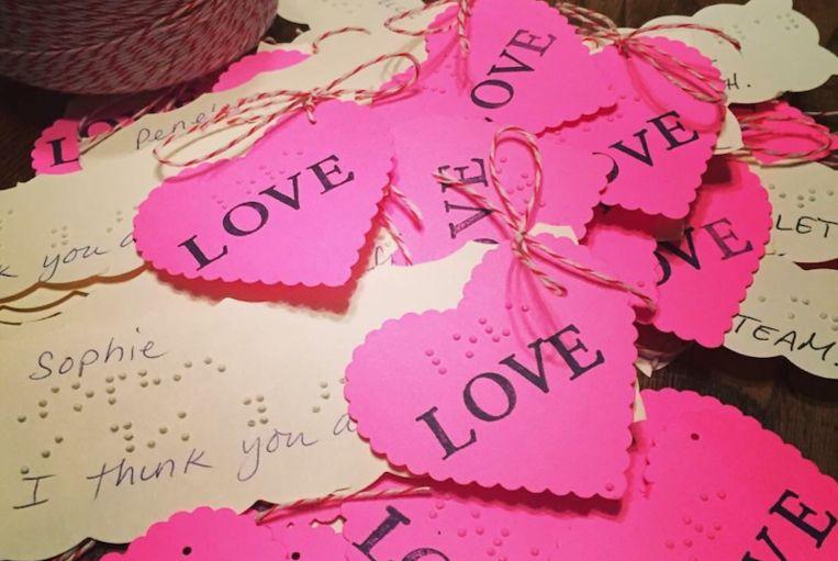Lief: blind meisje maakt braillekaarten voor Valentijnsdag