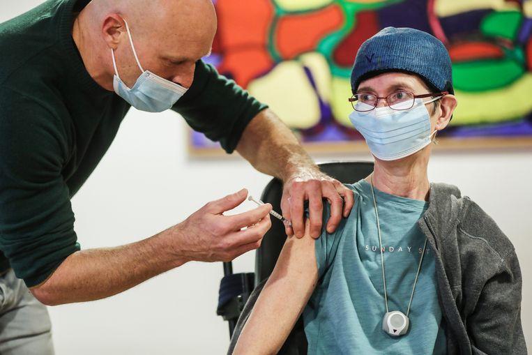 Karin Drost-Welp krijgt als eerste een vaccin bij zorghuis Berkenstede. Beeld Eva Plevier
