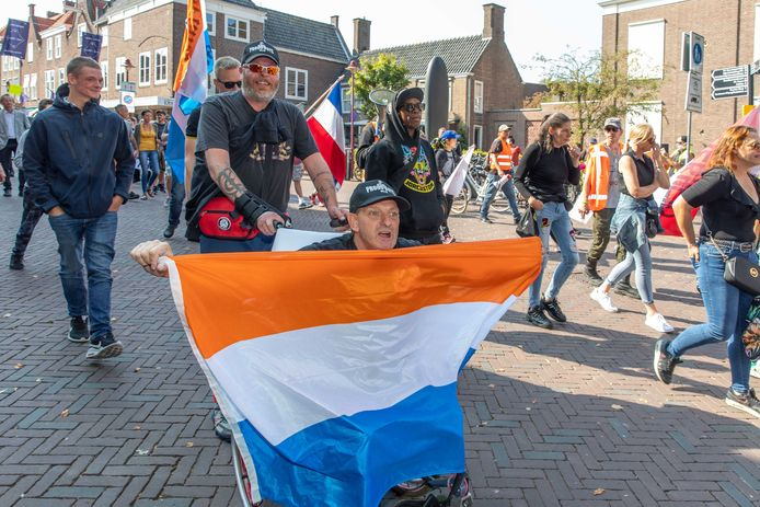 Leden van Proud Boys NLD, met prinsenvlag, tijdens de protesttocht door Middelburg.