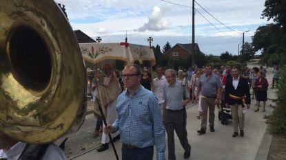Processie en tractorwijding tijdens kermisweek in Attenrode