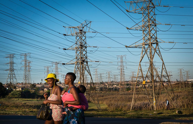 Een zee aan verroeste hoogspanningsmasten van staatselektriciteitsbedrijf Eskom leiden elektriciteitskabels van een onderstation in Orlando, Soweto. Eskom is economisch het grootste zorgenkind van Zuid-Afrika. Het produceert te weinig stroom, kent een schuldenlast van 28 miljard euro en is tot op het bot corrupt.