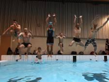 Burgemeester en wethouders Oosterhout zwemmen mee met Deen (8) en Moos (11) voor kankeronderzoek