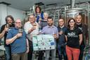 Belinda Eelbode, schepen Dirk Lievens, Nick Demets en Jolien Vergote van de dienst Toerisme en de Roeselaarse brouwers toasten in Bram's Brewery op de nieuwe bierwandeling.