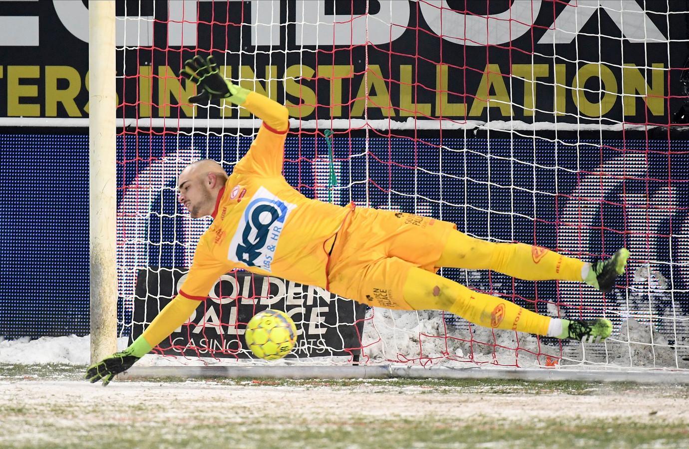 KVK-doelman Adam Jakubech was twee keer met de handen bij de bal, maar toch kon hij geen enkele van de zeven Luikse strafschoppen stoppen.