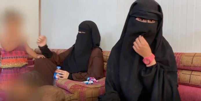Een verslaggever van Zembla reisde naar kamp Al Hol in Noord-Syrië en bezochte de Nederlandse jihadiste Angela B.(vrouw met roze horloge)