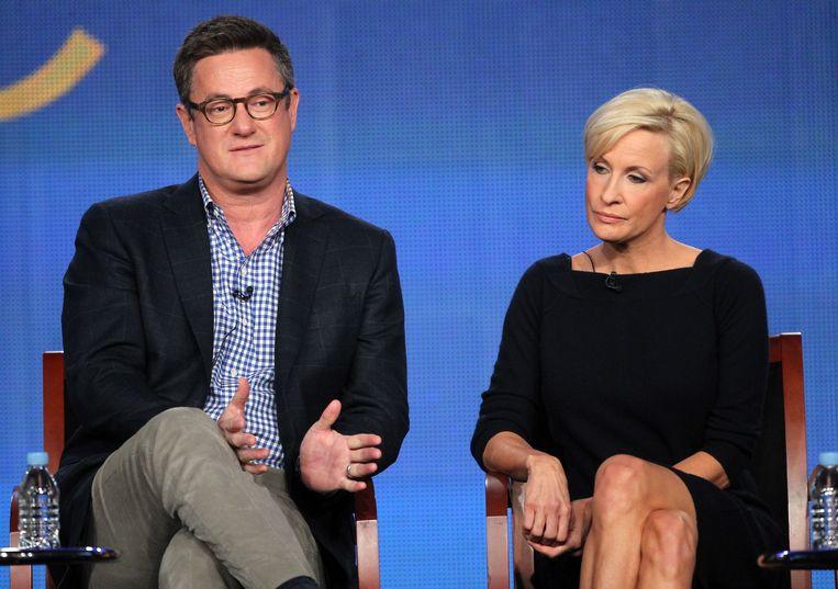 Presentator Mika Brzezinski (R) en co-presentator Joe Scarborough tijdens de ochtendshow 'Morning Joe' van de Amerikaanse omroep MSNBC.  Trump noemde haar op Twitter 'crazy' en hem een 'psycho'.  Beeld AFP