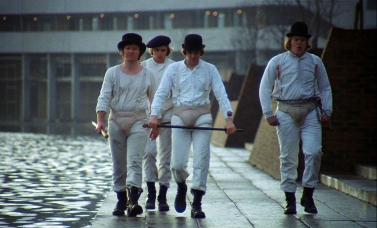 Malcolm McDowell (met stok), Warren Clarke, James Marcus en Michael Tarn in de verfilming van A Clockwork Orange (1971). Beeld Photo News