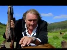 """Gérard Depardieu """"fume"""" un cerf dans une publicité improbable"""