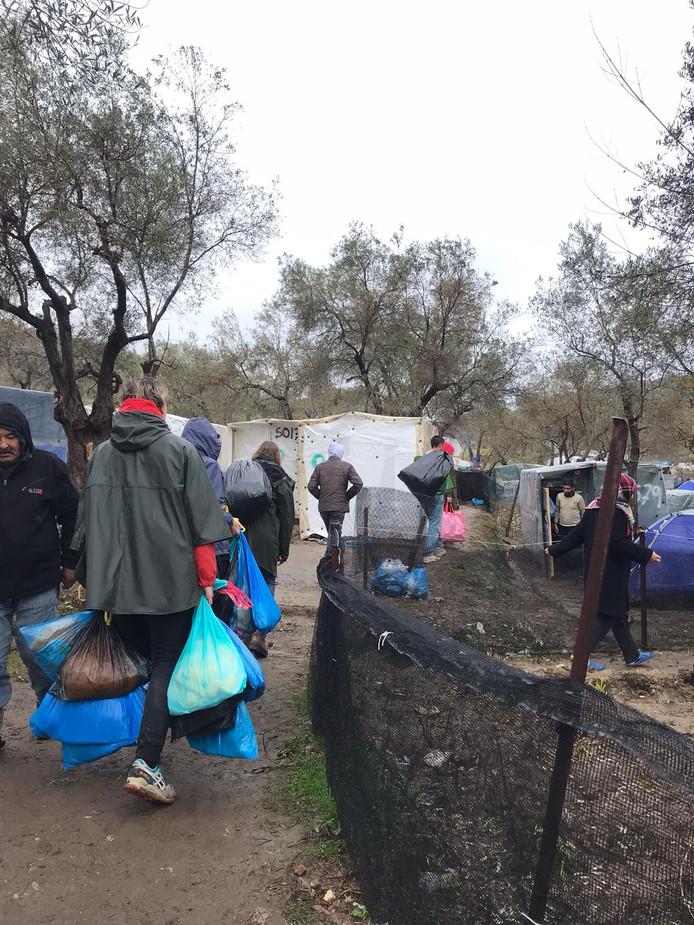 'Schots en scheef staande tenten en constructies, modderige paadjes vol afval en kaalgeslagen olijfbomen'