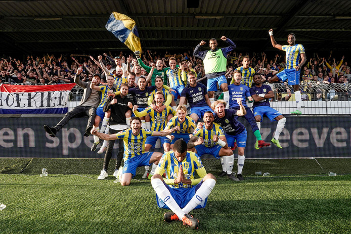RKC Waalwijk viert feest na de uitschakeling van Excelsior. De club moet dinsdagavond de klus afmaken tegen Go Ahead Eagles. Als dat lukt, promoveert de club naar de eredivisie.