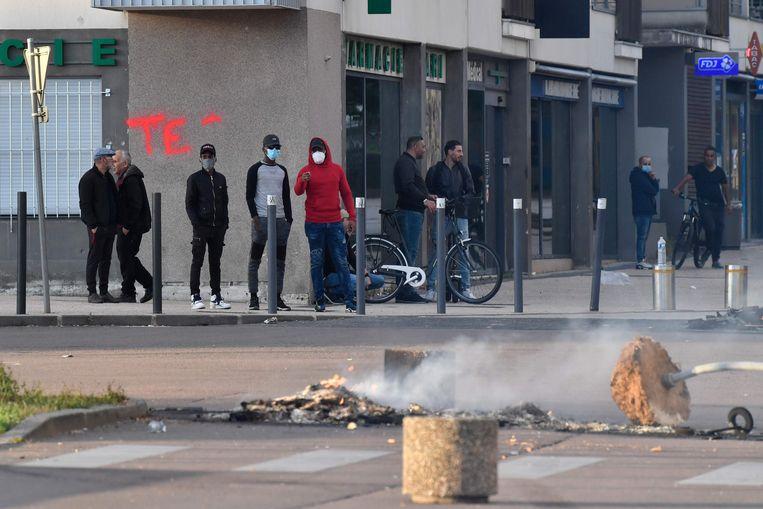 Een verkeersbord in de wijk Les Grésilles is brand gestoken. Beeld AFP