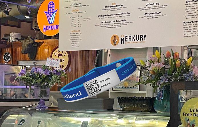 Restaurant El Merkury in Philadelphia wil met de blauwe armbandjes de klanten geruststellen.