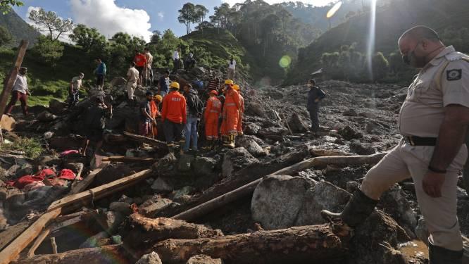 Negen mensen sterven door vallende rotsblokken in India: getuige filmt hoe rotsen naar beneden storten