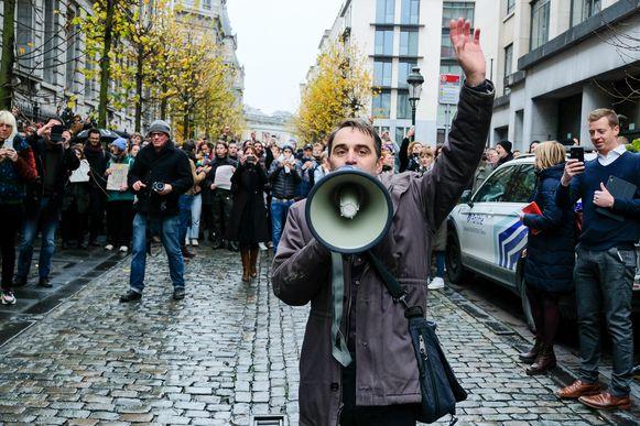 Acteur Michael Pas laat in Brussel zijn stem horen tegen de besparingen.