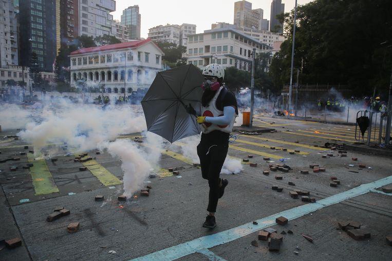 Een manifestant trotseert het traangas bij de Polytechnische universiteit in Hongkong. Beeld EPA