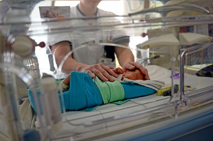 Verpleegkundigen rijgen een cursus om signalen bij pasgeborenen te herkennen.