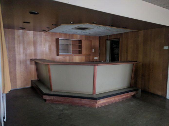 Bar in kantinegebouw van de voormalig kazerne van de Koninklijke Marechaussee aan de Doctor Batenburglaan in Breda. Juli '17 werd het object te koop gezet, potentiële kopers konden 5-9-17 voor het eerst komen kijken.