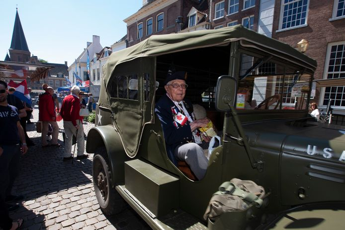 Veteraan Albert Goebel kijkt naar de mensen langs de route tijdens een eerdere editie van Bevrijdingsdag in Zutphen. Goebel overleed afgelopen voorjaar op 98-jarige leeftijd aan corona.