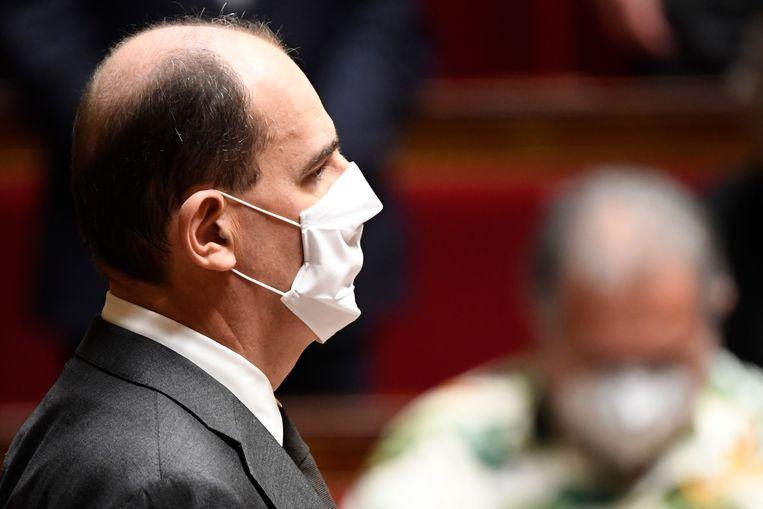 De Franse premier Jean Castex maant donderdagochtend, kort voor het Covid-19-debat in het Franse parlement, tot enkele minuten stilte ter nagedachtenis van de slachtoffers van een aanval met een mes in een kerk Nice. Beeld AFP