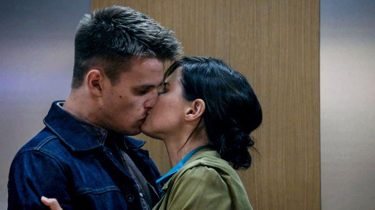 Marie beantwoordt de liefde van Cédric. Maar meent ze die kus wel?