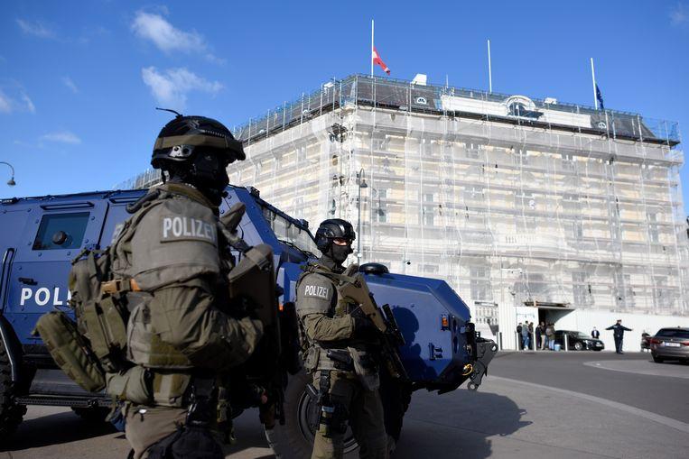 Een speciale eenheid van de Oostenrijkse politie bewaakt donderdag het kantoor van de bondskanselier en de president in Wenen. Beeld Getty