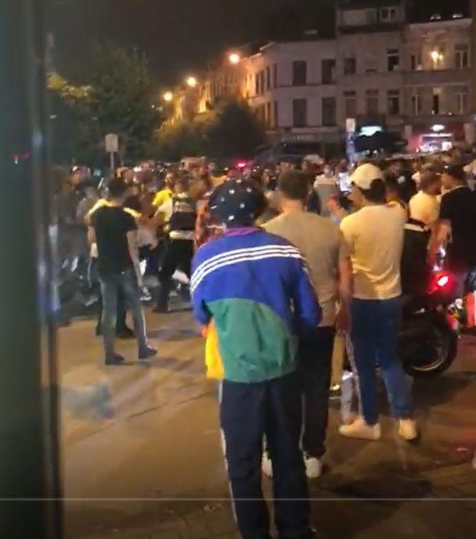 In twee filmpjes is te zien hoe de politie belaagd wordt door een ziedende massa.