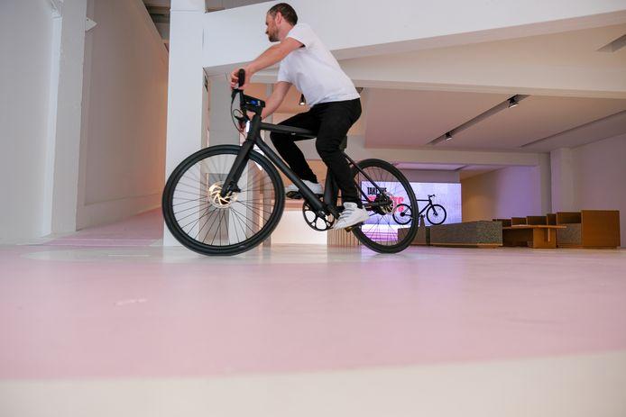 Fiets eens op elektrische fiets door de winkel: Klanten kunnen een rondje maken door de winkel.