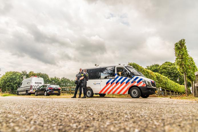 Agenten met mitrailleurs bewaken een opgerolde drugslab in Overasselt.