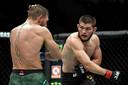 Khabib Nurmagomedov (R) vecht tegen McGregor.