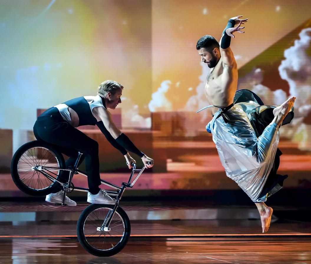 Dez Maarsen (links) trad op tijdens de tweede halve finale van het Eurovisie Songfestival in Rotterdam, samen met balletdanser Ahmad Joudeh.