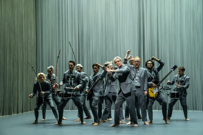 In een Broadwaytheater voorzien elf bandleden David Byrne huppelend en dansend van muziek.  Beeld Filmdepot