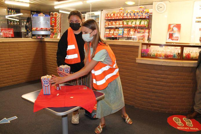 De eerste bezoekers werden getrakteerd op een zakje popcorn en een drankje.