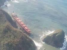 Gestrand vrachtschip dreigt doormidden te buigen