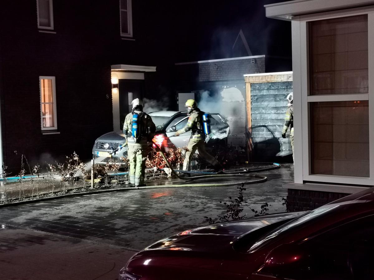 VEENENDAAL - Zondagavond 7 maart rond 21.20 uur was brand ontstaan in een auto die op een oprit van een woning stond aan de Ruisvoorn in Veenendaal. Zowel de de schuur als een overkapping hebben door de brand schade opgelopen. De brandweer heeft de brand, schuur en overkapping geblust. Hoe de brand was ontstaan blijft onduidelijk. De politie gaat hier onderzoek naar doen.
