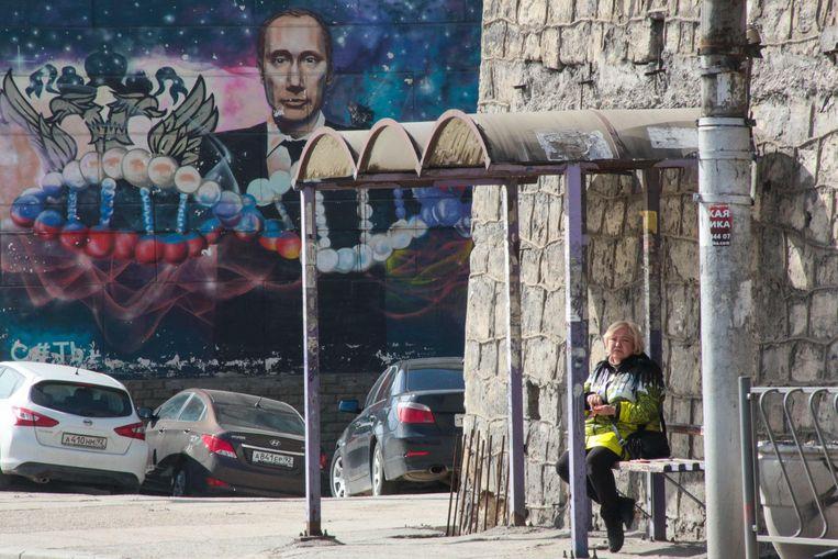 Een portret van Poetin op een muur in de Krim. Beeld AFP