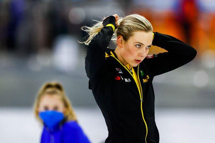 Joy Beune maakt zich klaar voor haar eerste race van het nieuwe seizoen, de 1.500 meter. Het levert de Bornse een achtste plaats op.