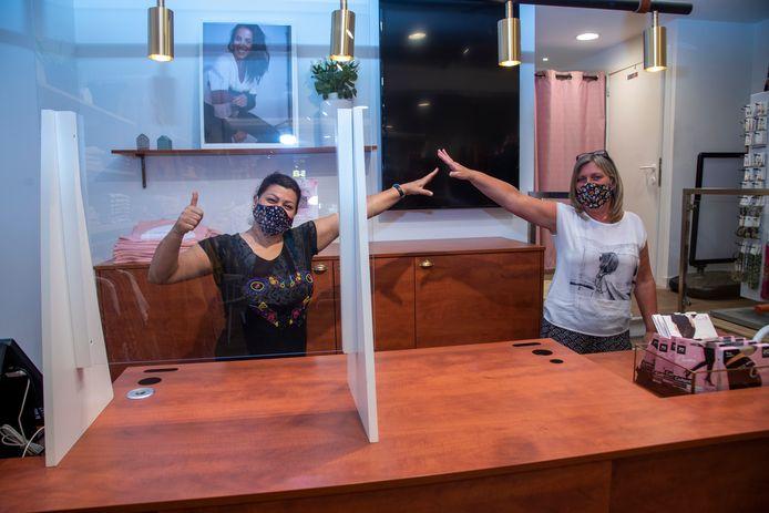 Fatehmeh en Sandra zijn klaar voor de heropening van damesboetiek Cassis in de Langemunt.