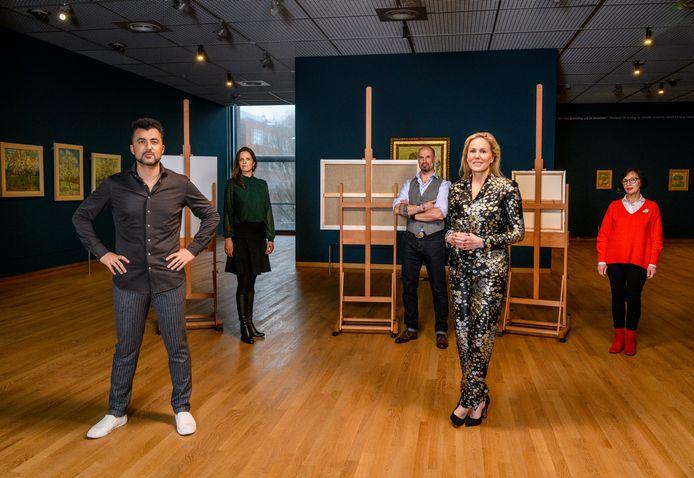 Hadewych Minis met presentator Özcan Akyol en de kunstenaars.