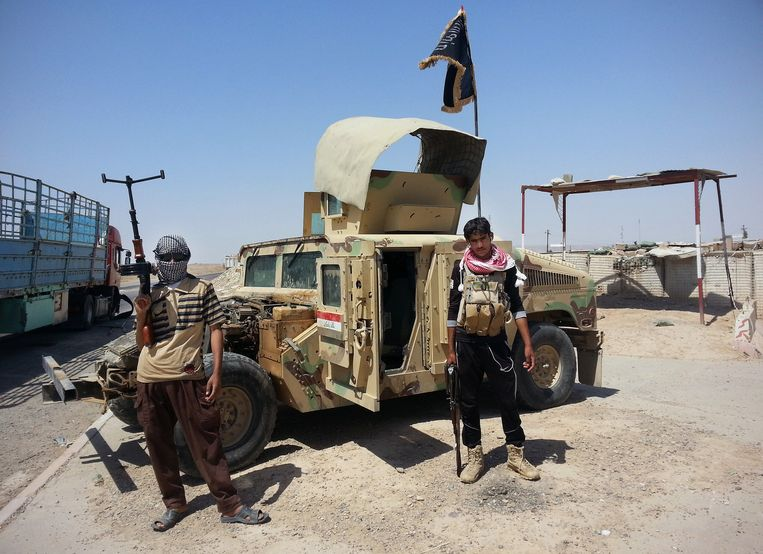 Strijders van terreurbeweging Islamitische Staat met een Humvee van het Iraakse leger. (archiefbeeld) Beeld ap