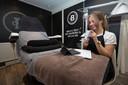 Medewerkster Angela Wanrooij behandelt cliënte en zorgmedewerkster Hella uit Aalten online. Ze lijdt aan mascné. Een soort acné door permanent gebruik van mondkapjes. Hella wilde zelf niet op de foto.