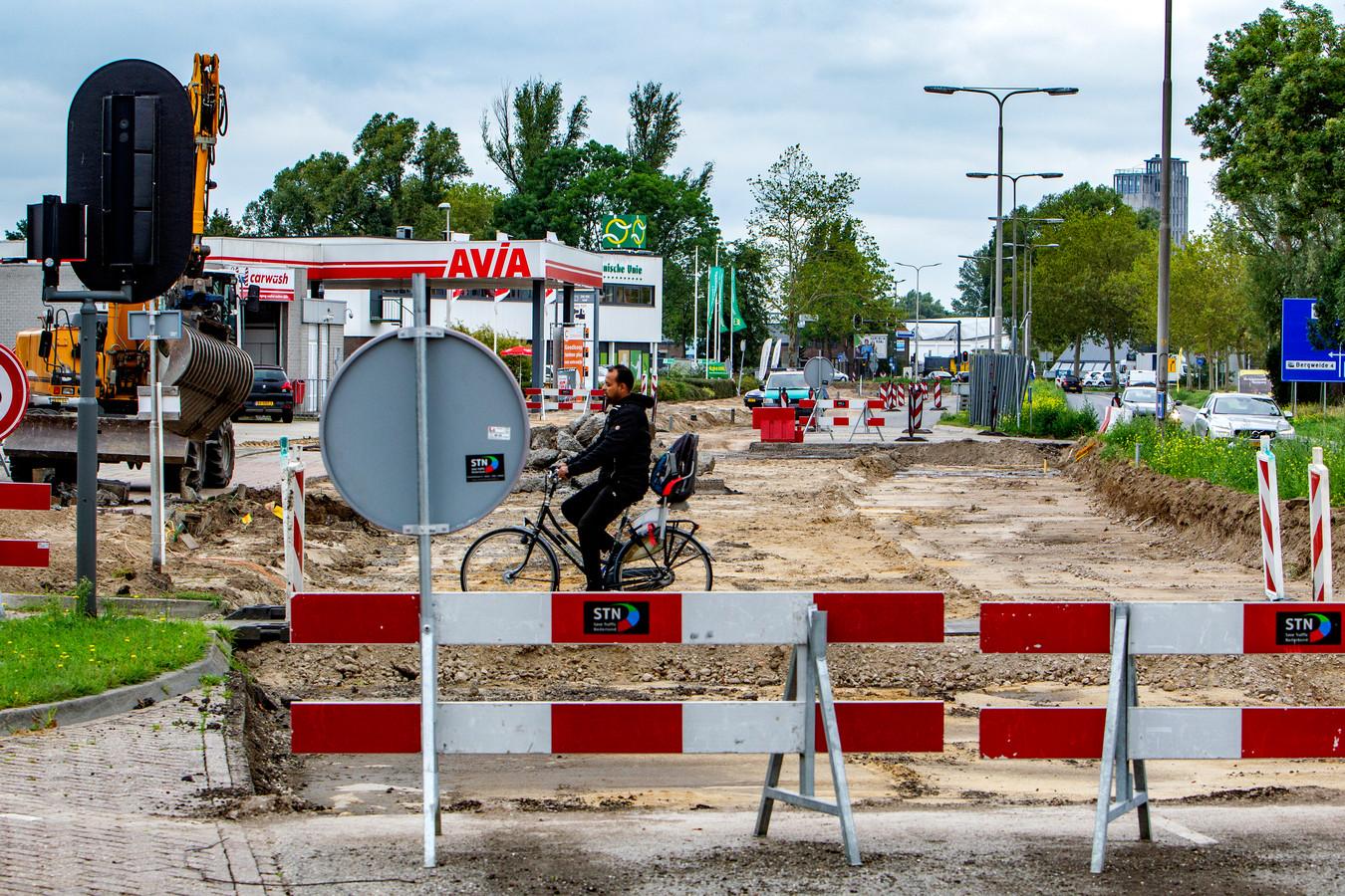 Op de Hanzeweg zijn de werkzaamheden al begonnen. Het is een voorbode van een 'heet' najaar voor het verkeer in Deventer.