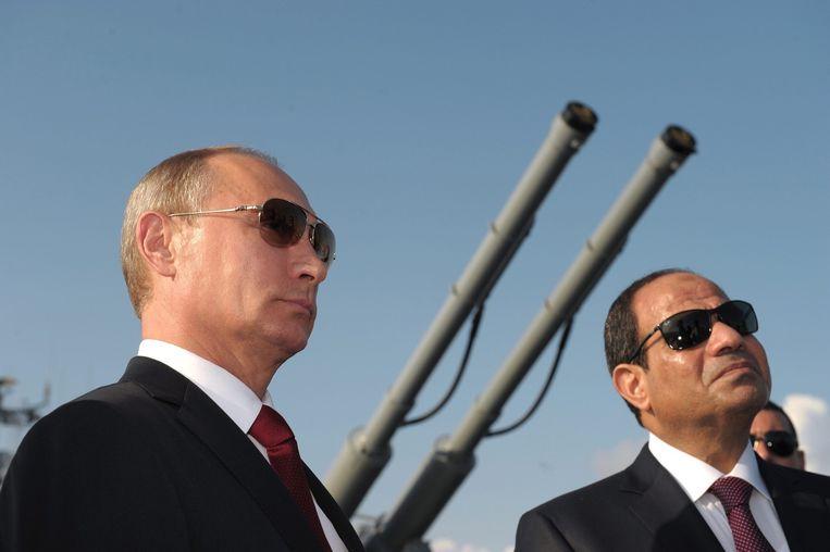 Poetin met de Egyptische president Abdel Fattah al-Sisi bij de Russische Zwarte Zee-vloot in Sotsji. Beeld epa