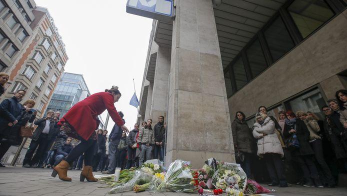Bloemen voor station Maalbeek ter ere van de mensen die het leven lieten bij de aanslag.