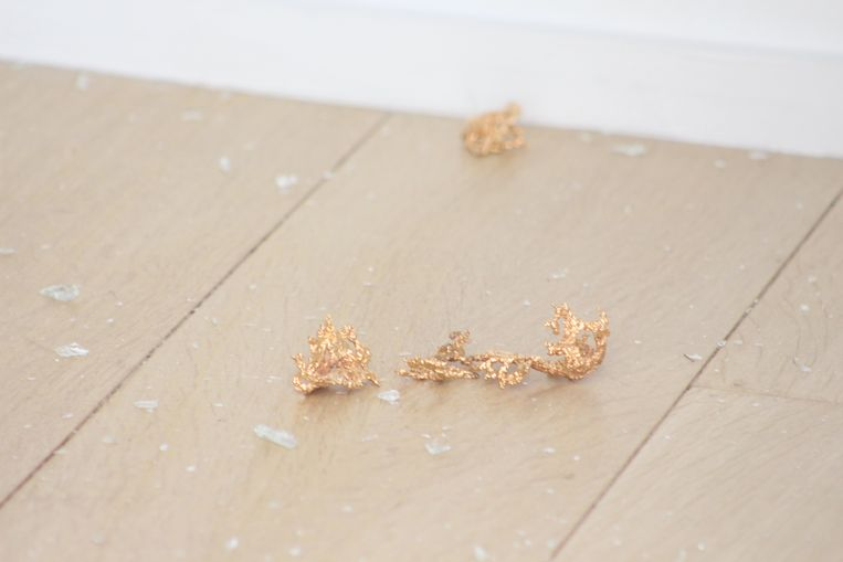 De schade, de goudstukjes die achterbleven, de plaats waar het kunstwerk hing.