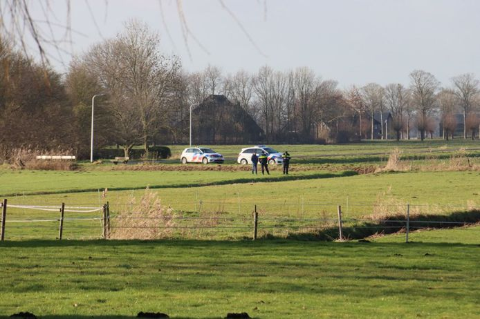 In een weiland is op vrijdagmorgen rond half elf een overleden persoon aangetroffen. Politie is ter plaatse en doet momenteel onderzoek.