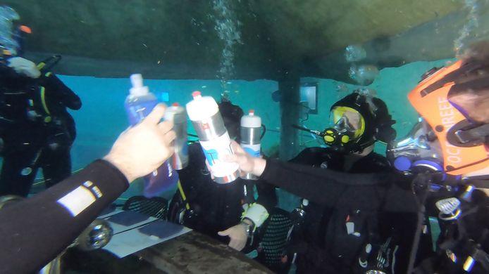 Een mocktail onder water drink je natuurlijk niet uit een fraai gevormd glas.
