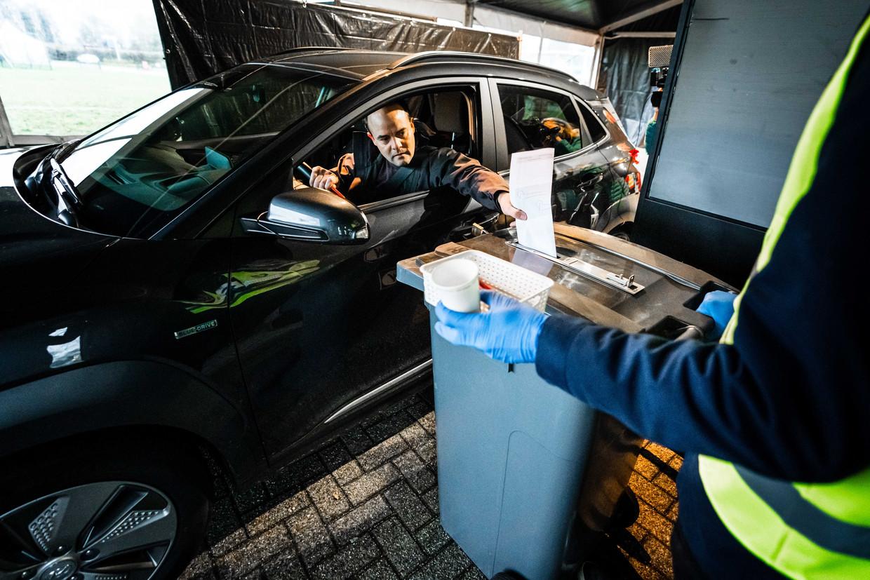 Een stemgerechtigde brengt een stem uit bij een drive-in-stembureau.  Beeld ANP