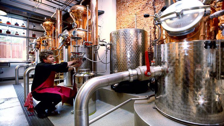 Naast de bestaande ketel heeft Bols twee nieuwe, grotere destilleerketels bij proeflokaal Wynand Fockink geplaatst. Beeld Jean-Pierre Jans
