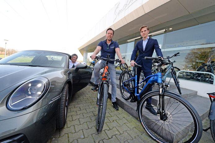 Sportwagens eruit, fietsen erin. Louis Snellers (links) en zijn zoon Louis (rechts) beginnen een e-bikecentrum. In het midden bedrijfsleider Stephan Holtkamp.